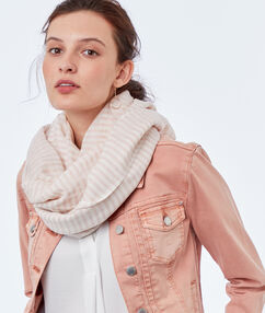 Foulard à rayures rose pâle.