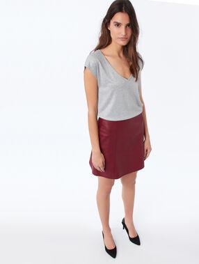 T-shirt col v à fils métallisés gris chine clair.