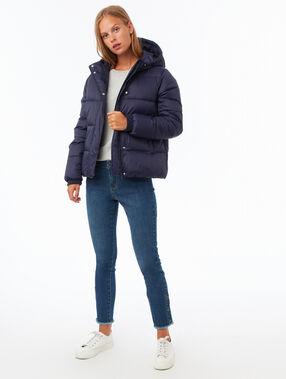 Doudoune courte à capuche bleu marine.