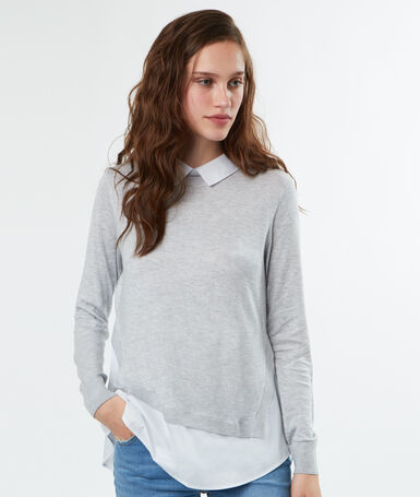 Pull à col chemise gris clair.