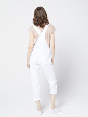 Salopette en jean blanc.