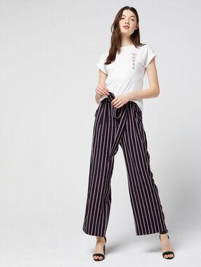 Pantalon large ceinturé à rayures marine.