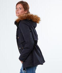 Manteau à capuche en fausse fourrure bleu marine.