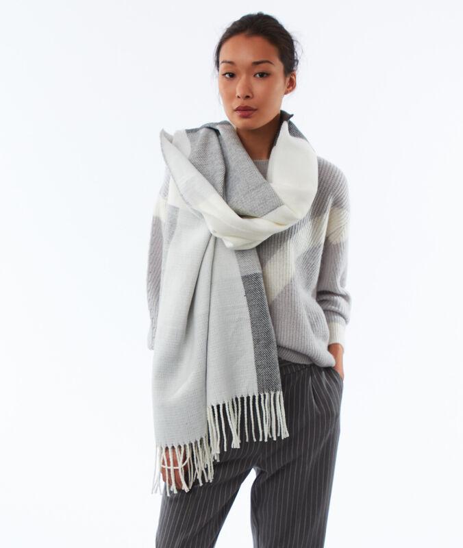 Écharpe plaid bicolore gris chiné clair.