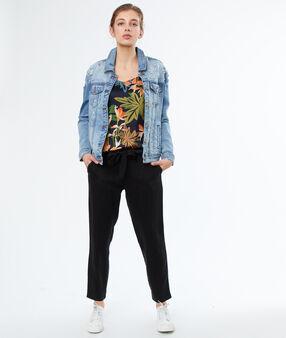 Veste en jean bleu délavé moyen.