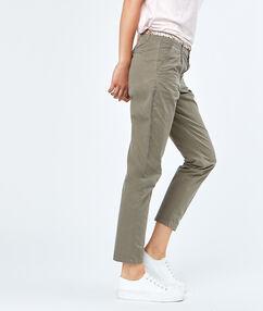 Pantalon capri en coton kaki.