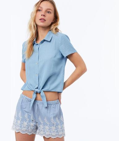 Short à guipures en coton bleu clair.