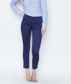 Pantalon uni bleu marine.