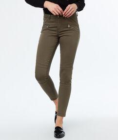Pantalon slim kaki.