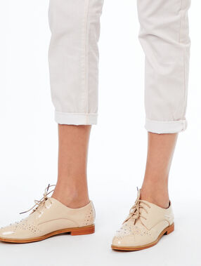 Chaussures derby vernis nude.