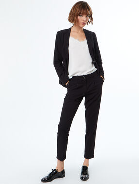 Veste de tailleur noir.