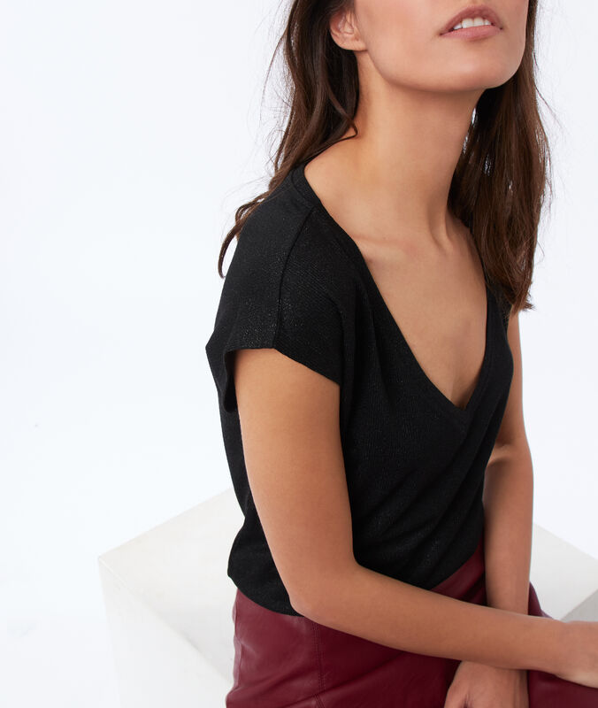 T-shirt col v à fil métallisé noir.
