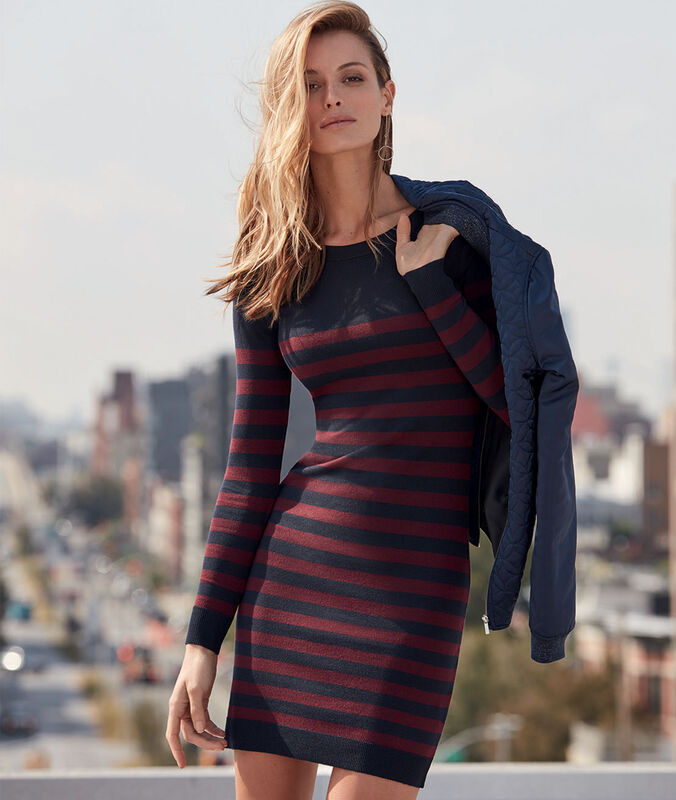 Robe pull rayée bleu marine.