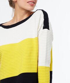 Pull tricolore jaune.