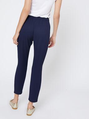 Pantalon carotte ceinturé bleu.