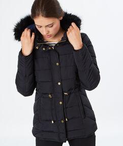 Manteau matelassé et capuche fausse fourrure noir.