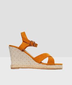 Sandales compensées ocre.