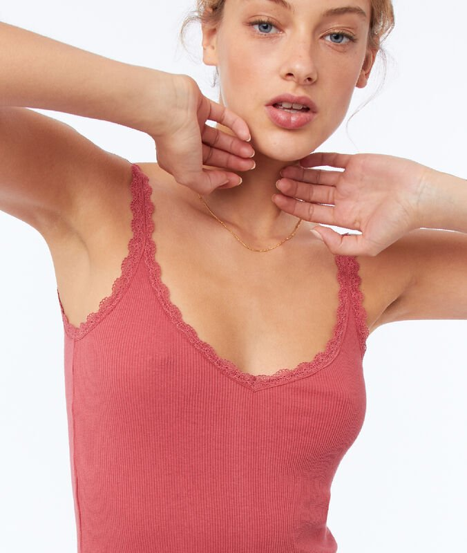 Débardeur avec détail en dentelle rose framboise.