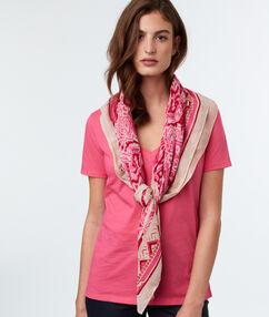 Foulard imprimé rose.