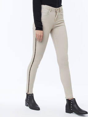 Jean skinny avec bande latérale beige.