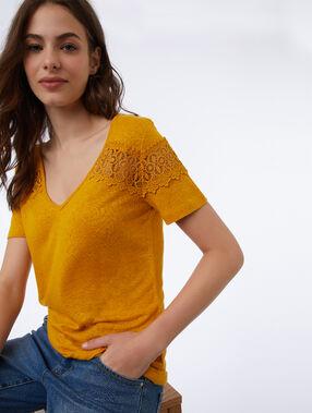 T-shirt à guipures miel.