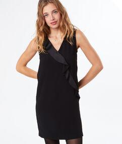 Robe habillée avec volant noir.