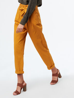 Pantalon carotte ceinturé en coton ocre.
