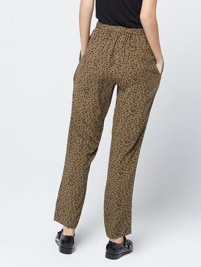 Pantalon carotte à imprimé léopard kaki.