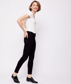 Pantacourt en jean noir.